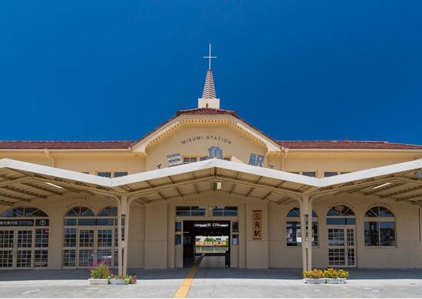 三角駅の駅舎は、外観の十字架がトレードマーク