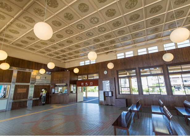 駅の待合室。礼拝堂のような落ち着いた雰囲気