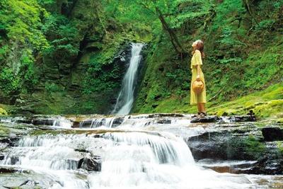 「赤目四十八滝」の入口から徒歩80分ほど、赤目五瀑の最後に現れる琵琶滝。楽器のビワに似ていることから名付けられた落差約15mの滝/赤目四十八滝
