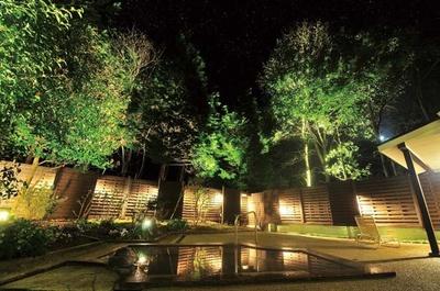 ライトアップされる露天風呂。幻想的な夜の露天風呂で、満天の星を堪能しよう/ブルーリッジホテル