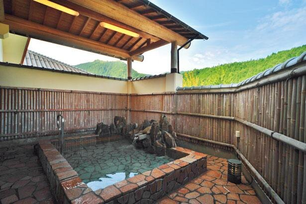 露天風呂からは、生野の自然とロックフィルダムと呼ばれる石積みの壁の黒川ダムが望める/黒川温泉 美人の湯
