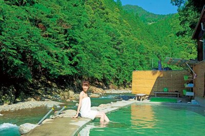 神湯荘から400mほど離れた源泉大露天風呂。川に降りることもできる。写真は男湯で特別に撮影/上湯温泉 神湯荘