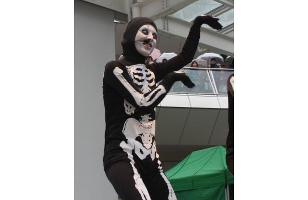 【写真】西野亮廣らスベルトンズの奇妙なダンスの様子はこちらから!