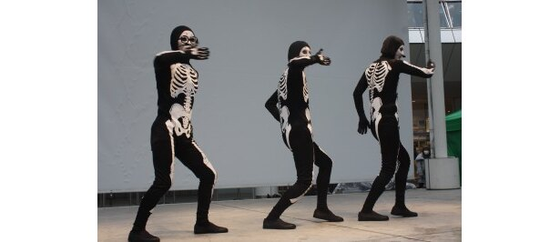 イベントで不思議なダンスを披露したスベルトンズ