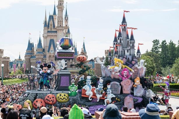 お墓だらけのシンデレラ城をイメージしたフロートに乗って、ミッキーマウスが登場! ※写真はイメージ