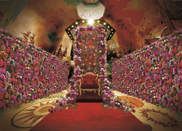 ダリアで彩られた優美な宮殿にうっとり
