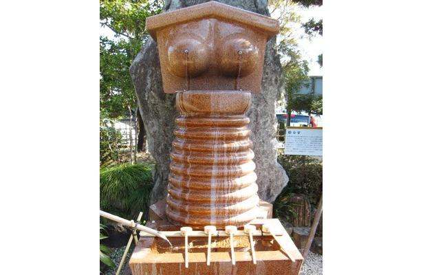 """乳首から水が流れる手水舎(ちょうずや)など、女性の胸をモチーフにした、なんともユニークな""""おっぱい寺""""こと「間々(まま)観音」(正式な寺号は龍音寺(りゅうおんじ)"""