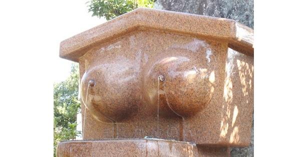 手水舎は、乳首から水が出る仕立て。う~ん、斬新!