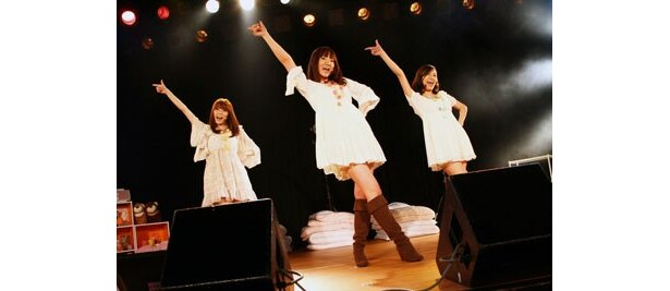 ミニライブでは新曲「You May Dream」を初披露。動きの激しいダンスも息ピッタリ