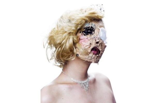 ちょっと不気味なマスクを装着