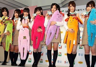 【写真】抱き枕を抱えるキュートな「渡り廊下走り隊7」のメンバー!