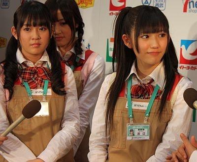 報道陣からの質問に答える多田愛佳さん、渡辺麻友さん