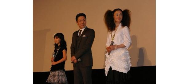 吹替版ボイスキャストの大地真央(右)、尾上菊之助(中)、野津友那乃(左)