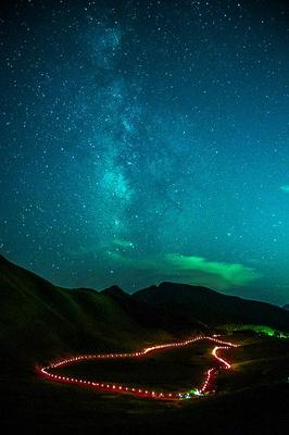 【写真を見る】見晴らしの良い高原からは満天の星空も