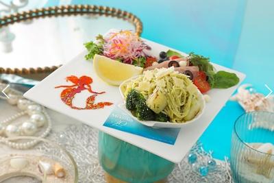 【写真を見る】優雅に海を泳ぐアリエルの姿が描かれた、 野菜たっぷりのプレート「<アリエル>野菜たっぷりジェノベーゼパスタ」(税抜1990円)