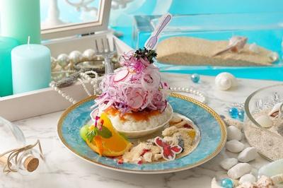 浜辺をイメージしたクリームリゾットはよく見るとアリエルの宝物が…?「浜辺のクリームリゾット」(税抜1990円)