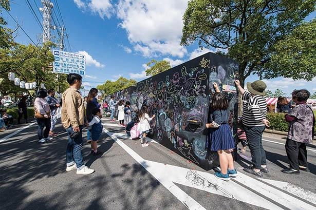 「SAGA SAIKO FES 2019」の会場内には、来場者がアーティストと一緒に作品を制作できるブースが登場