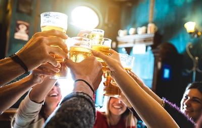 ビールを片手にワイワイ盛り上がれるのが、オクトーバーフェストの人気の理由
