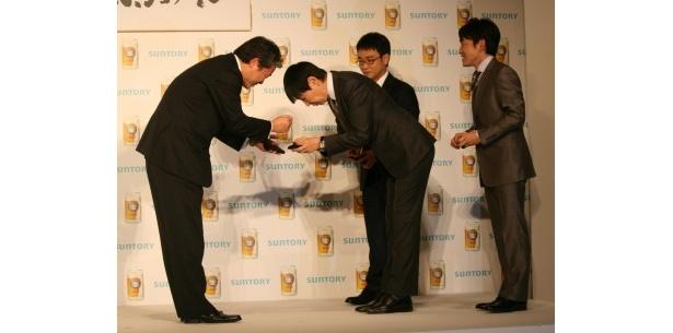 サントリーの寺永常務と名刺交換する和田アキ子。司会者から「和田部長、意外と腰が低いですね」との声が