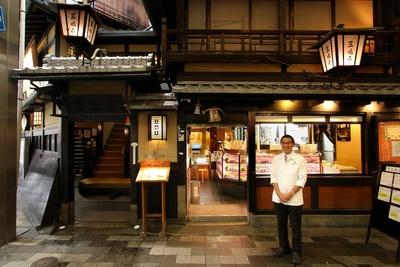 2018年オープンした炭火焼きステーキ店「翁樹庵」も合わせ従業員約100人を束ねる、5代目の三嶌太郎さん。音楽が趣味で、家では娘をもつ良きお父さんだ