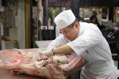 脱骨作業をした後は、肉表面の繊維状の筋をひいて(包丁を入れること)、柔らかくしていく。一人前の職人になるには10~15年はかかるとか