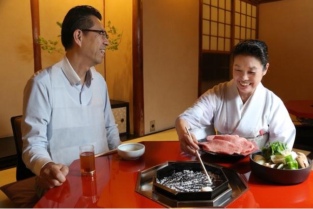 「肉はもちろんですが、旬の野菜も一緒に味わえるのが実に楽しみなんですよ!」と京都在住の男性。取材日は、宮崎牛のほか九条ねぎや賀茂なすなどの野菜が並んだ