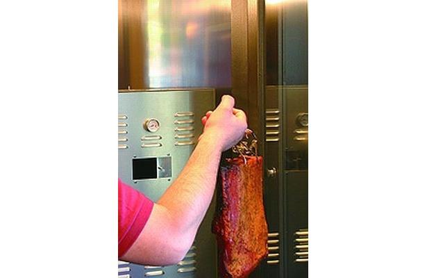 【写真】トッピング用の食材も店内の燻製機でスモーク!
