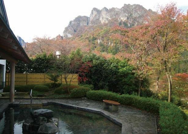 露天風呂から山々の紅葉を