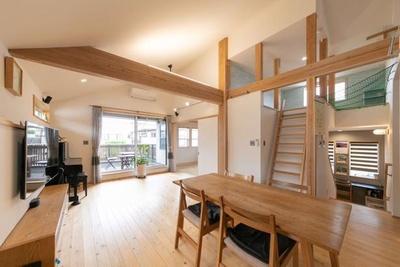 【写真を見る】地元の無垢材を使用した木造新築の家など民泊ならではの宿泊を体験できる