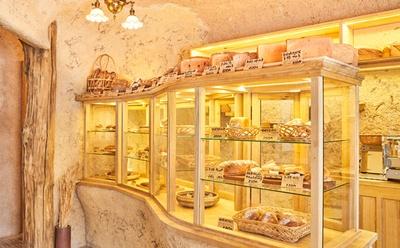 自然素材をふんだんに使用した店内 / bäckerei ALO