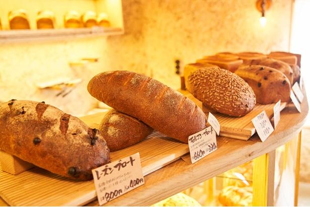ブロート(大型パン)も多く並ぶ / bäckerei ALO