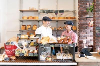 夫婦で仲良く店に立つ。14坪のコンパクトな店内にパンがズラリ / Bakery&Coffee Rossa Garage