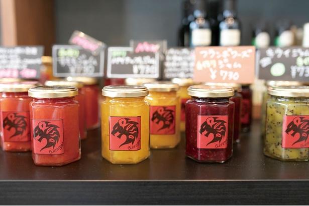 季節の果実をたっぷりと使用したジャム(各730円)はパンのお供にぴったり / Bakery&Coffee Rossa Garage