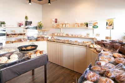 すべてのパンに付いている店主の手描きPOPにも注目 / ぱんとおやつの店 はらっぱん