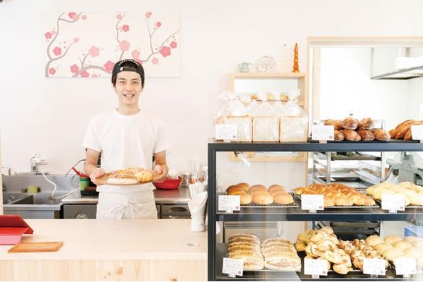 【写真を見る】ハード系からおやつ系のパンまでそろえる。気に入ったものをショーケースから選ぼう / 梅ヶ枝製パン所