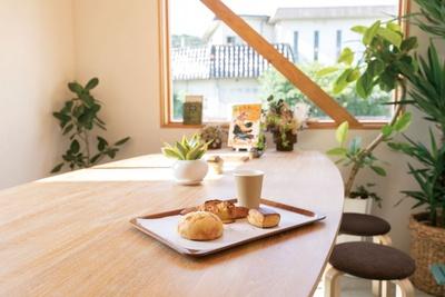 購入したパンはテーブル席でイートインも可能 / 梅ヶ枝製パン所
