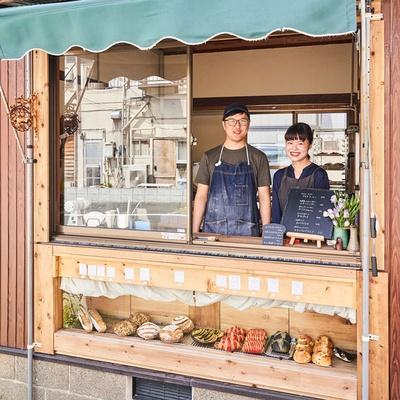 対面式販売でパンはショーケースから選ぶ / 路地裏ベーカリー マイニチパン