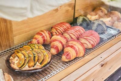 バイカラーのクロワッサン(388円)など五感でわくわくするパンが並ぶ / 路地裏ベーカリー マイニチパン