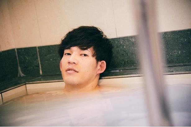 人気のシルク風呂でくつろぐ。「ちょうどいい温度です。何より体に吸い付くような小さな泡が気持ちいい。練習の疲れが抜けていきますね」