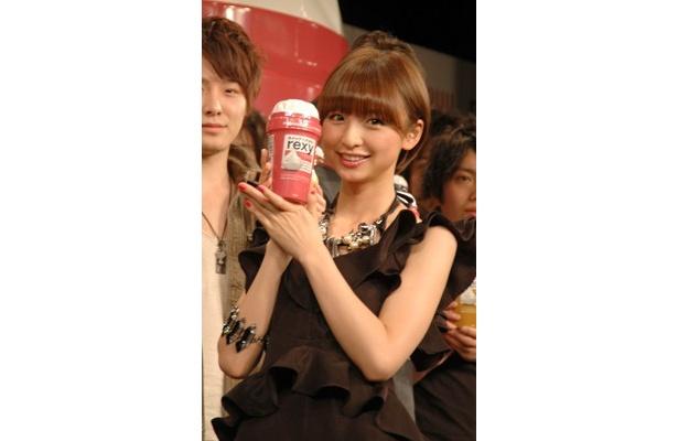 ホーユーの新ヘアカラーブランド「rexy」のCM発表会にAKB48の篠田麻里子さんが出席。男性ファンの頭をナデナデするなど大人の一面を見せた