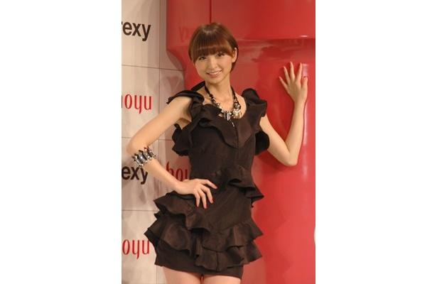 【写真】AKB48篠田麻里子が男の子をナデナデ