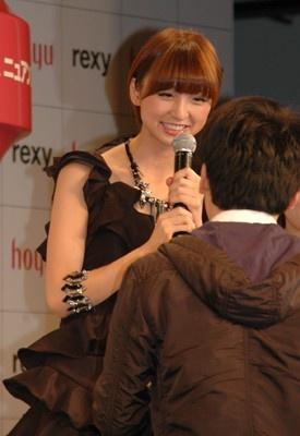 男性ファンの頭をなでる篠田さん
