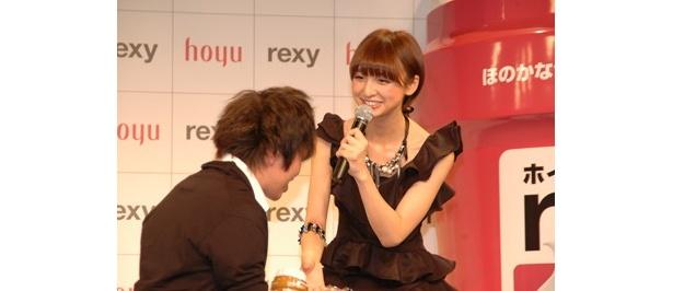 憧れの篠田さんに会えてファンも幸せそう