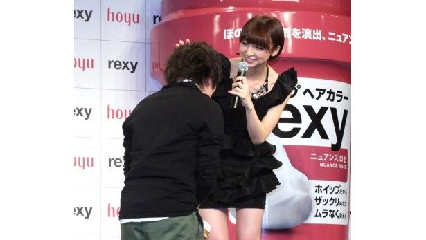 集まったファンの男性の頭を一人ずつなでる篠田麻里子