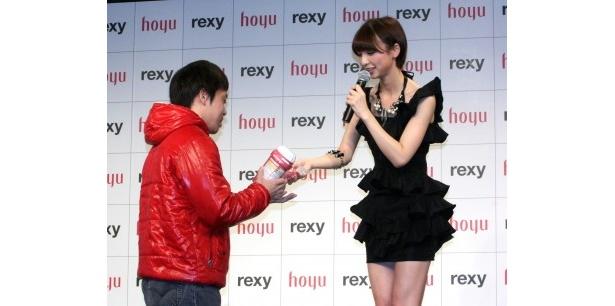 「おいしくできた」と篠田麻里子自信作のクッキーがファン一人一人に手渡された