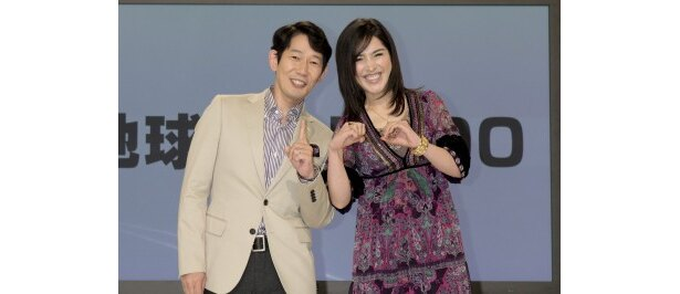 BS1「地球テレビ100」で司会を務めるNHK解説委員の岩本裕、サヘル・ローズ(写真左から)