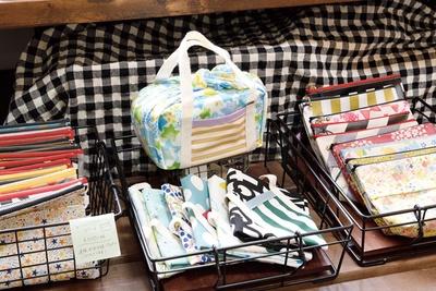 1枚布でできた、「お弁当ナフキン」(奥中 702円)など手作り雑貨が豊富 / tekolin