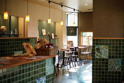 日が射し込む「喫茶ひしや文具店」の店内。壁にはモザイクタイルアートを展示している