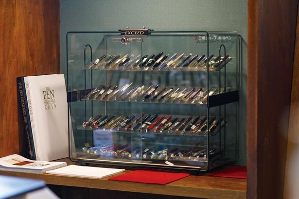【写真を見る】老舗文具店内にあるカフェ「喫茶ひしや文具店」は、ステッドラーなどの万年筆が充実している。文具好きにはたまらない!