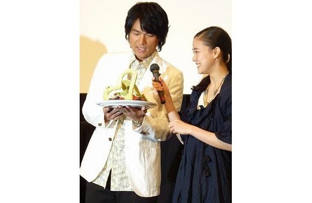 プレゼントされたケーキにほおを緩める江口洋介